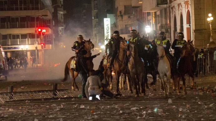 La policía del régimen golpeando manifestantes pacíficos