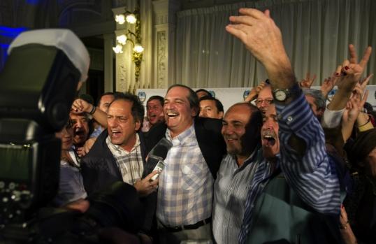 Ellos festejan una victoria contra las instituciones