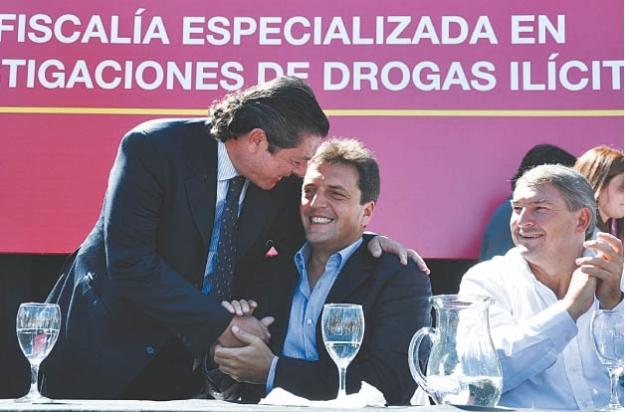 """Carne y uña, Novo y Massa. Detrás se lee la paradójica frase: """"drogas ilícitas"""""""