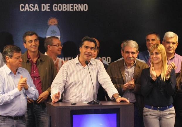 Festejando el triunfo en las PASO habla Capitanich, a la izquierda Peppo, detrás Aníbal Fernández