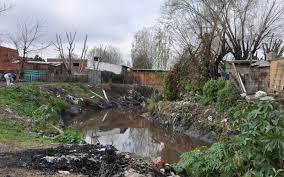 Villa El Garrote, a 5 minutos del Palacio Municipal de Tigre. Cuando crece el río, la gente nada entre excrementos