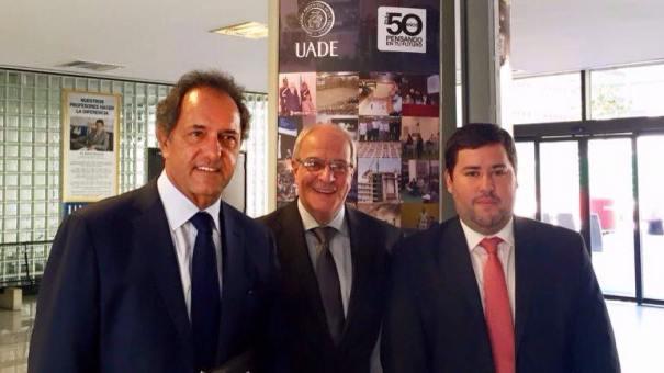 El candidato persidencial con las autoridades de la UADE: Ricardo Smurra, de UADE Business School, y Federico Iñíguez, flamante director de la carrera de Comercializacion luego de la renuncia de Galli.  Foto: Infobae