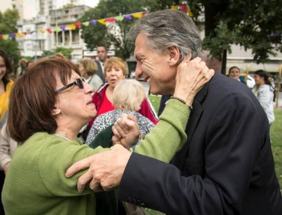 Macri recibe votos en forma de besos