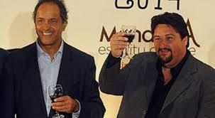 Closs con dos buenos amigos: Scioli y una copa de vino