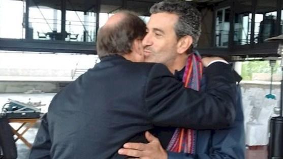 Abrazo y beso con Ernesto Sanz en Mendoza