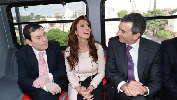 El senador Zamora, su esposa la gobernadora Ledesma Abdala y el ministro Randazzo, tal vez un puente